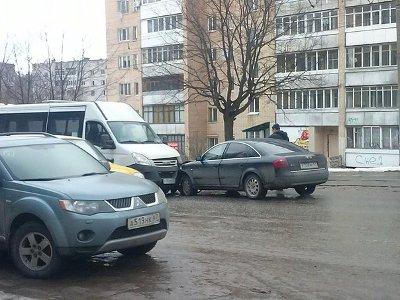 На дороге с односторонним движением Audi влетела в пассажирский микроавтобус
