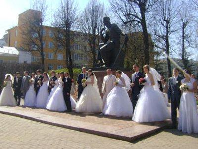 Новобрачные традиционно отпраздновали Красную горку у памятника Федору Коню