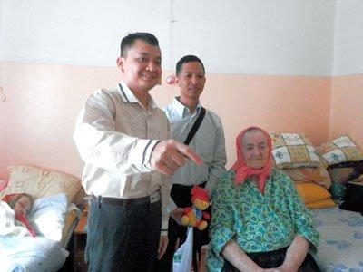 Курсанты из Мьянмы узнали о русских традициях от обитателей дома престарелых