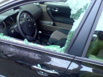 Разбив молотком окно легковушки, студент вонзил нож в шею водителя