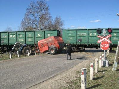 В Дорогобужском районе товарняк разрезал пополам выехавший на пути трактор