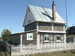 Смолянин построил дом из бутылок