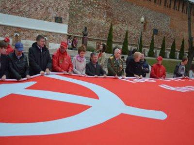 Участники автопробега из Севастополя развернули огромную копию Знамени Победы