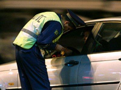 Украденные золото и элитный алкоголь гаишники нашли у нервного пассажира машины