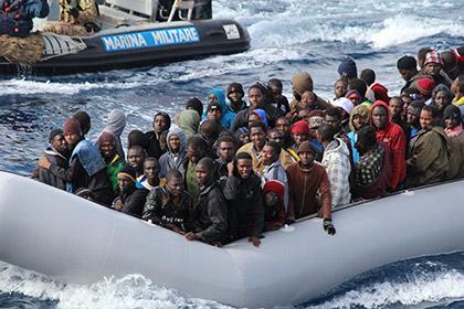 У берегов Италии перевернулось судно с 400 мигрантами