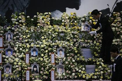 Число жертв крушения южнокорейского парома возросло до 242 человек