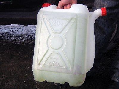 У отошедшего от фуры водителя заезжий белорус слил двести литров солярки