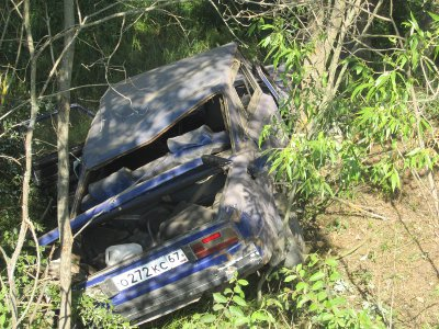 Прокатившись на ВАЗе с ветерком, подросток зарулил в кювет и влетел в дерево