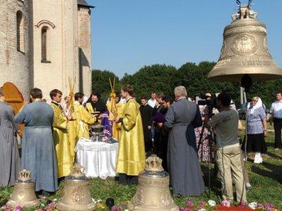 В древнейшем храме Смоленска освятили новые колокола