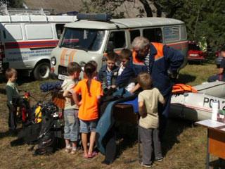 Смоленские спасатели провели показательные выступления в лагере беженцев из Украины