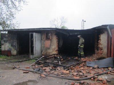 В Сафонове из-за короткого замыкания загорелись сразу шесть гаражей