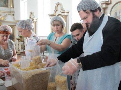 Епископ Исидор возглавил первую фасовку «Народных обедов» для беженцев