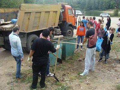 Реадовское озеро чистили от мусора волонтеры семи стран с детьми-инвалидами