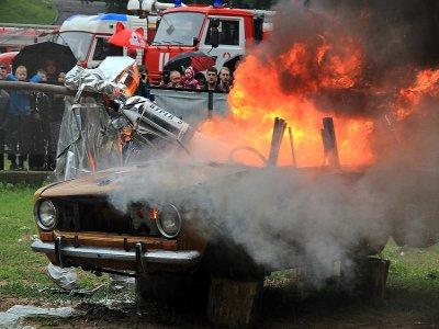 В честь Дня знаний пожарные устроили шоу в Лопатинском саду