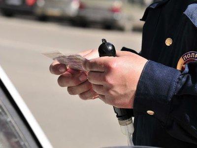 Лишенный прав автомобилист ездил с самодельным удостоверением