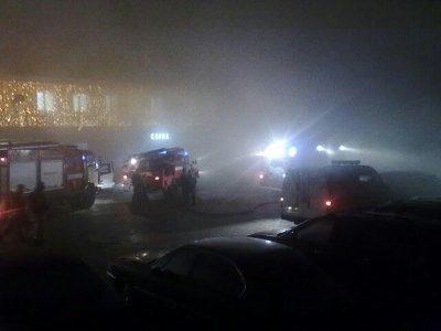 Из горевшего ночью на улице Крупской автосервиса эвакуировали десятерых человек