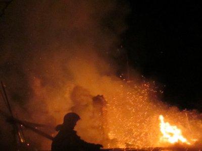 В подожженном ночью в переулке Юннатов заброшенном бараке обгорел человек