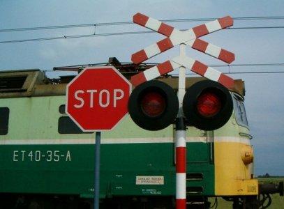 Молодая автоледи погибла, выехав на красный свет на железнодорожные пути