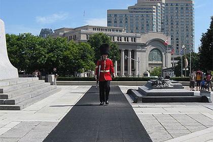 Неизвестный начал стрельбу около канадского парламента
