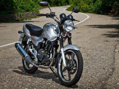 В Сычевке мотоциклист сбил вышедшую из-за автобуса девочку и скрылся