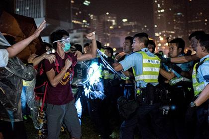 Полиция Гонконга расследует избиение протестующего