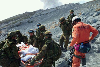Число жертв извержения вулкана в Японии достигло 48 человек