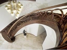 Неотъемлемая часть интерьера коттеджей – оригинальные лестницы