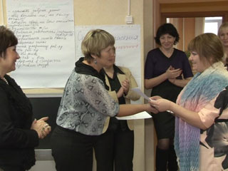 В Смоленске приемным родителям вручили сертификаты