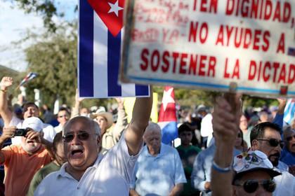 Сотни людей в Майами устроили митинг против сближения США с Кубой