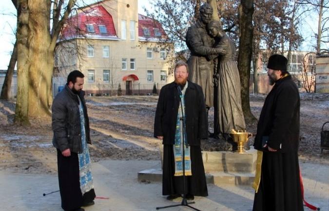 В Рославле и Десногорске открыли памятники Петру и Февронии Муромским