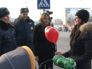 Инспекторы ГИБДД раздавали смолянкам воздушные шары