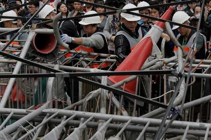 В Гонконге началась ликвидация лагеря демонстрантов