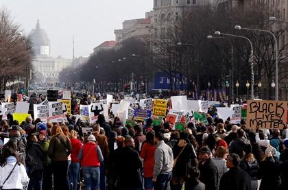 В США на митинги против полиции вышли десятки тысяч человек