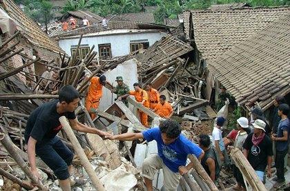 Число жертв оползня в Индонезии увеличилось до 24