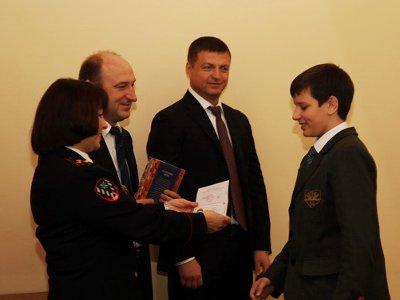 Лучшим школьникам в День Конституции вручили паспорта первые лица города