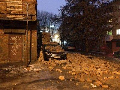 На бульваре Гагарина припаркованный «Мерседес» завалило кирпичами