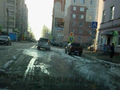 Хлынувшая из поврежденной трубы вода затопила подвал дома и часть улицы Кирова