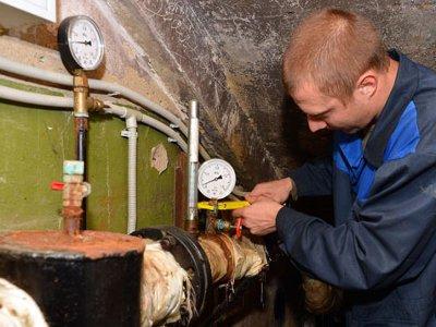 После масштабной аварии на теплотрассе жилконторы развоздушивают батареи в домах