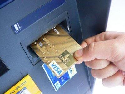 Автомобилист снял наличные с карточки, потерянной пассажиром в салоне