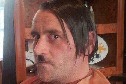 Лидер антиисламского движения ушел с поста после публикации фото в образе Гитлера