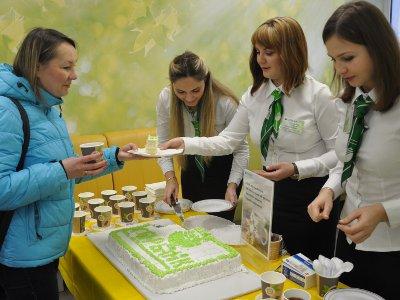 В офисах Сбербанка клиентов в честь Крещения угощали чаем с тортом