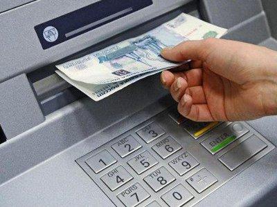 Прохожую, забравшую забытые в банкомате купюры, привлекли за кражу
