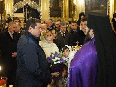 Губернатор с семьей и чиновниками посетил Рождественскую вечерню в главном храме