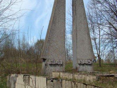 Привести в порядок обелиски и солдатские могилы к юбилею Победы могут не успеть