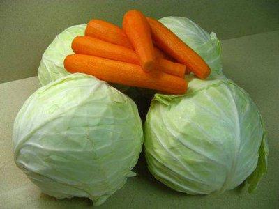 В магазинах за неделю подешевели куры, капуста, морковь и лук