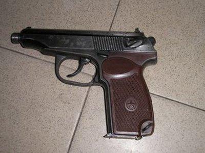 Покупателей супермаркета перепугал выпавший у мужчины пистолет