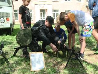 Смоленские силовики провели показательные выступления в Шаталовском детском доме