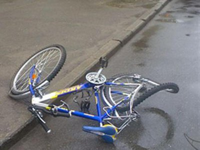 Ехавшую вдоль обочины велосипедистку насмерть сбила иномарка
