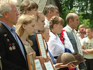 В Холм-Жирковском районе поисковики обнаружили и перезахоронили останки бойцов партизанского отряда