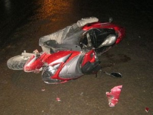 Юный лихач-скутерист ночью врезался в дом и покалечился